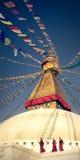 所有boudhanath注视前景巨型金黄半球加德满都尼泊尔看到更小的尖顶stupa顶部白色的菩萨 库存图片