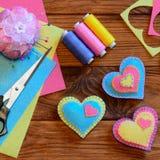 所有cmyk颜色日编辑可能的单元文件重点例证分别地分层了堆积模式打印准备好的s华伦泰 明亮的毛毡心脏装饰品,剪刀,螺纹集合,针垫,针,顶针,毛毡覆盖 库存图片