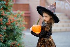 所有Saints& x27;天 逗人喜爱的小女孩刻画邪恶的巫婆 库存照片