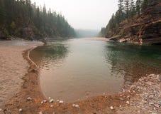 扁平头和被察觉的熊河会合点在2017秋天火期间的鲍伯马歇尔自然保护区在蒙大拿美国 免版税库存照片