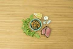 扁豆、牛排、红萝卜、芝麻菜和青斑乳酪 库存照片