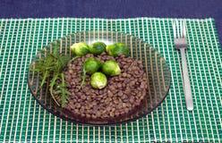 扁豆、硬花甘蓝和芝麻菜在的沙拉叶子板材 免版税图库摄影