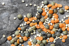 扁豆和奎奴亚藜在板岩顶视图 库存图片