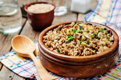 扁豆和米用酥脆葱和荷兰芹 免版税图库摄影