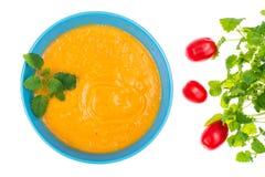 扁豆奶油色汤用新鲜薄荷,顶视图 免版税库存照片