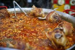 扁豆汤用熏制的猪肉飞腓节在圣诞节市场上 免版税库存图片