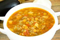 扁豆汤用茄子、蕃茄和葱 库存照片