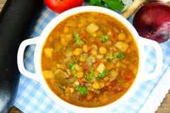扁豆汤用茄子、蕃茄和葱 图库摄影