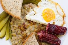 扁豆用香肠和鸡蛋 免版税库存图片