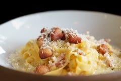 扁面条或意粉用乳酪和猪肉烟肉-意大利食物 免版税库存图片