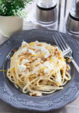 扁面条用乳酪、松果和柑橘热心 库存图片