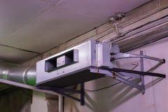 扇动与被连接的水管和灵活的空气管道的卷 免版税库存照片