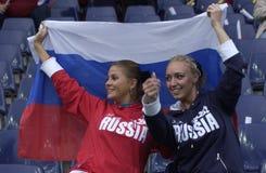 扇动俄语橄榄球的女孩 免版税库存照片