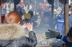 扇动在他们自己的香火烟的香罐的未认出的人为身体好在Senso籍寺庙 库存图片