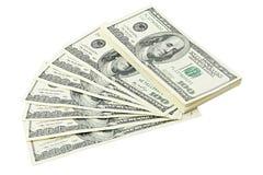 扇动并且堆积美国金钱在白色背景裁减路线隔绝的一百元钞票 堆美国100钞票 库存照片