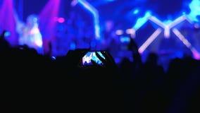 扇动采取生活摇滚乐音乐会录影,做有手机的录影,摄制露天表现 股票录像