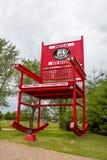 扇动,密苏里,美国-大约2016年6月-巨型红色摇摆物摇椅在路线66 库存照片
