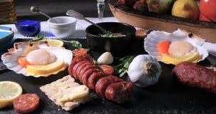 扇贝的成份与在大蒜蛋黄酱的加调料的口利左香肠 免版税库存图片