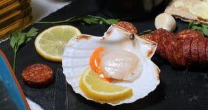 扇贝的成份与在大蒜蛋黄酱的加调料的口利左香肠 库存图片