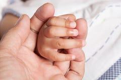 手、手指父亲和小女儿在5个月 图库摄影