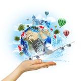 手与大厦和树的举行地球 免版税库存图片