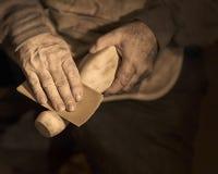 手与木头一起使用 库存照片