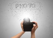 手与消息云彩概念的照片射击 免版税库存图片
