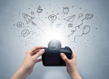 手与照片想法概念的照片射击 免版税库存照片