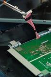 手与电子线路板一起使用从 免版税库存照片