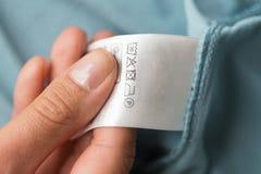 手与衣物用户手册的藏品标签  库存照片