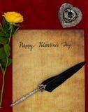 手与黄色玫瑰、纤管立场和ornated纤管-情书概念的书面情人节快乐葡萄酒卡片 图库摄影