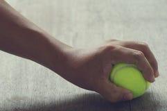 手中的网球 免版税库存照片