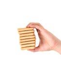 手举行利益撒盐饼干苏打饼干。 库存照片
