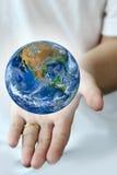手举行地球 行星世界 用装备的这个图象的元素 图库摄影