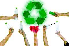 手举行展示可再循环的标志塑料瓶污染 库存照片