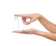 手举行空的玻璃或塑料阵雨胶凝体奶油瓶包含 免版税图库摄影