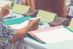 手事务和纸在桌礼物一次会议研讨会与拷贝空间增加文本 温暖的减速火箭的音色 免版税图库摄影