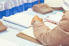 手事务和纸在桌礼物一次会议研讨会与拷贝空间增加文本 温暖的减速火箭的音色 免版税库存图片