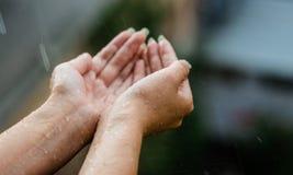 手传染性的干净的降雨下落紧密  环境和医疗保健概念 免版税库存图片