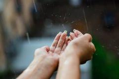 手传染性的干净的降雨水关闭  环境和天气概念 库存照片