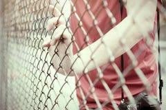 手传染性的滤网笼子 囚犯想要自由 免版税图库摄影