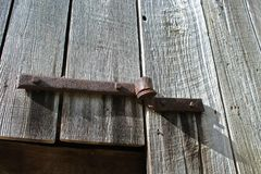 手伪造了在一个老谷仓的门折页 免版税库存照片