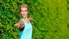 手位置的特写镜头图片在战士瑜伽姿势的 免版税库存图片