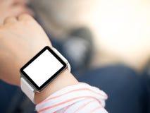 手佩带的smartwatch 库存图片