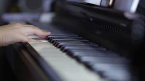 手使用在数字钢琴的键盘的少年女孩 特写镜头 股票视频