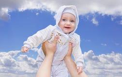 手供以人员培养了他逗人喜爱的孩子 免版税库存图片