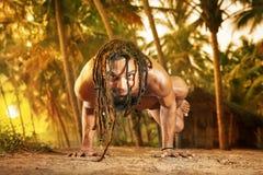 手倒立姿势日落瑜伽 免版税库存图片