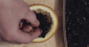 手倒黑烟草入一碗shisha的桔子 股票录像