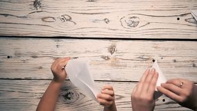 手做一架纸飞机 影视素材