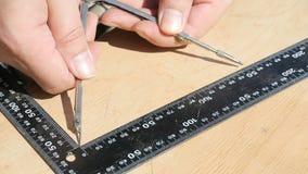手做测量有统治者的指南针